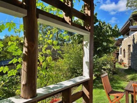 キャンドルの灯りが幻想的な石壁