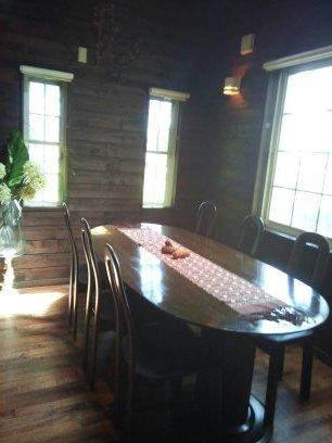 6人掛けのテーブルの横にピアノ
