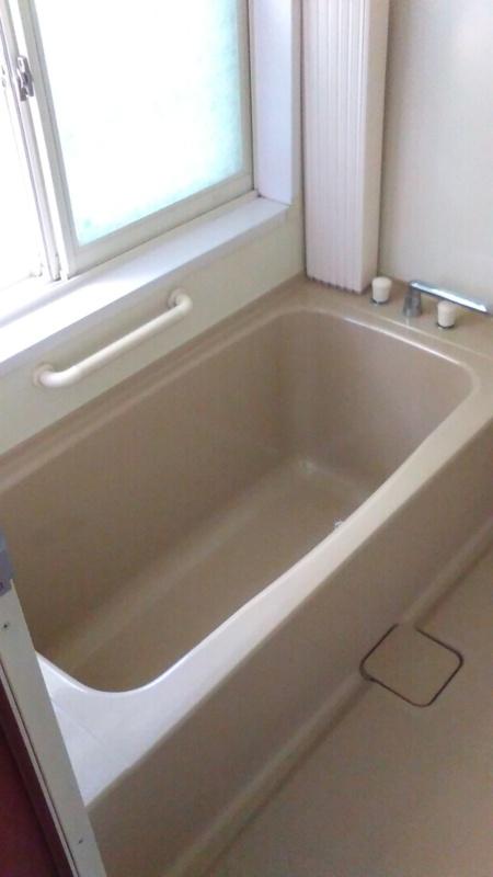 バスルームから小川を望む