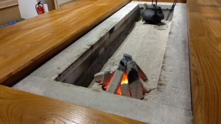 囲炉裏で炭火