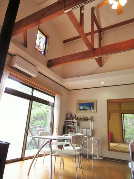 リビングは吹き抜けの高い天井が開放的