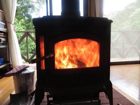 白いキッチンカウンターのあるキッチン