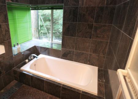 御影石で仕上げた清潔感のある浴室