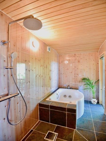 全面木&天然石張りのBlow Bath