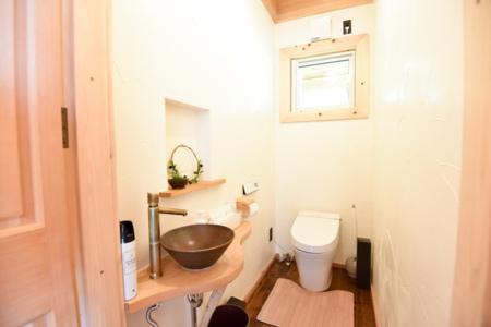 落ち着いた空間のシャワートイレ