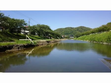 施設の前を流れる保田川
