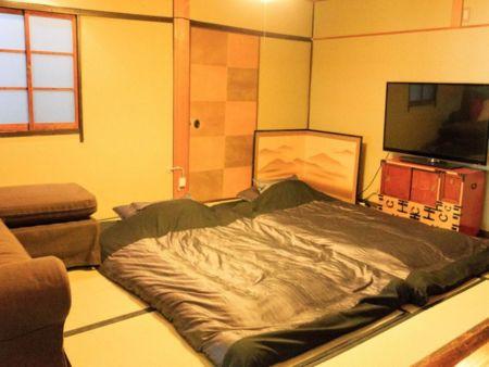 TVのある部屋に布団を引いたのがこちら