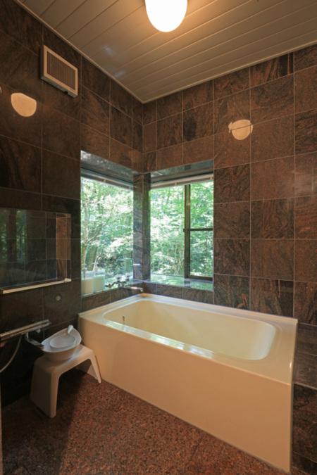 御影石をふんだんに使った浴室