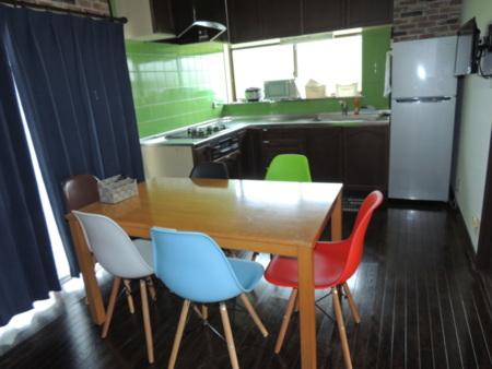6人掛けのテーブルとダイニングキッチン