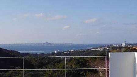 屋上からの眺望!伊江島が見えます。