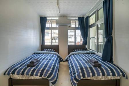 2階寝室、シングルベッド2つ