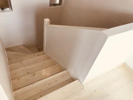 うち階段で3階へ