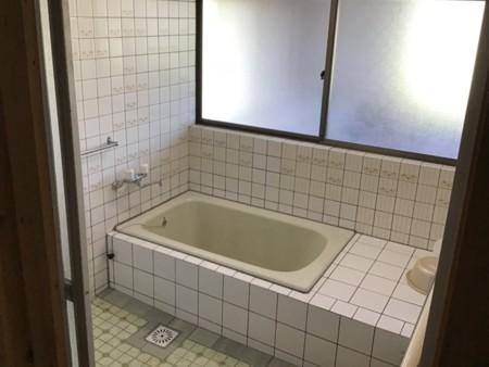 お風呂は少し広めの家庭用サイズです