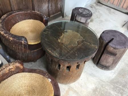 裏には古材の椅子・テーブルもあります