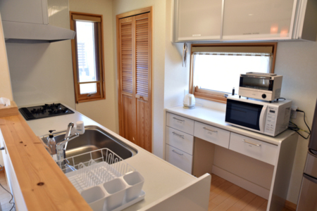 冷蔵庫、電子レンジなど一式揃ったキッチン