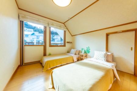 暖炉とウッドチェアでくつろぎのヒトトキを