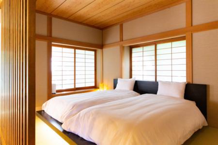 寝室1にはベッド2台。障子越しの優しい光
