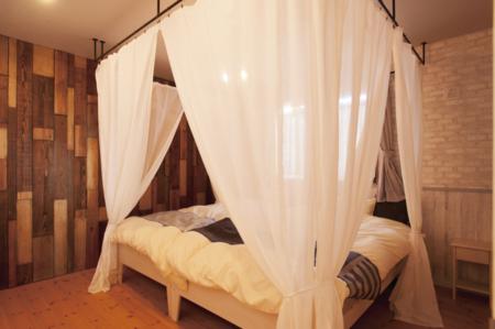 天蓋付きベッドの寝室