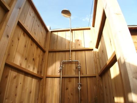 屋外温水シャワー完備