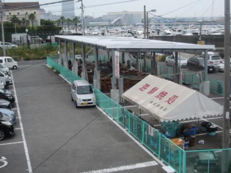 海鮮市場で買った物を焼いて食べる施設