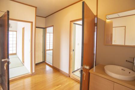 2階には和室3部屋、トイレ2つ、洗面有