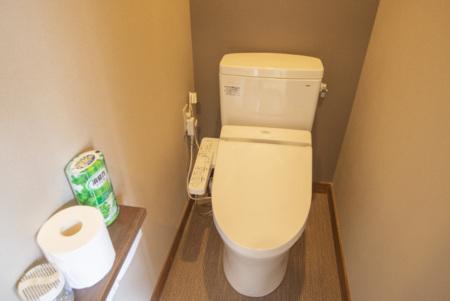 館内にシャワートイレ3か所有り