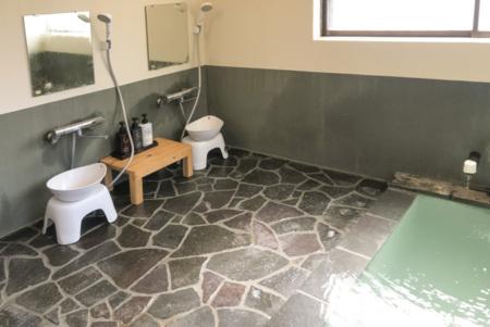 温泉の洗い場、2名分あり広いです