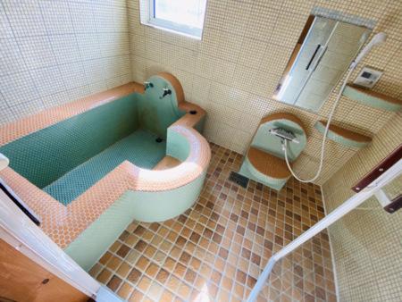 タイルでデザインした浴室で天然温泉