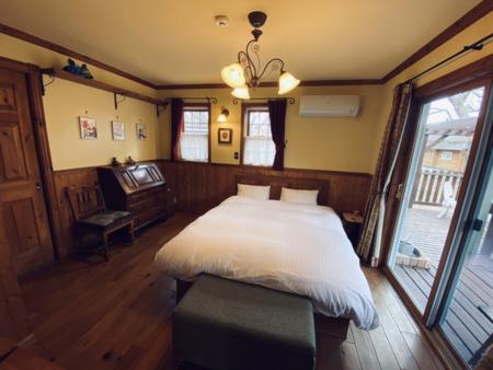 1階の寝室にはクイーンベッド