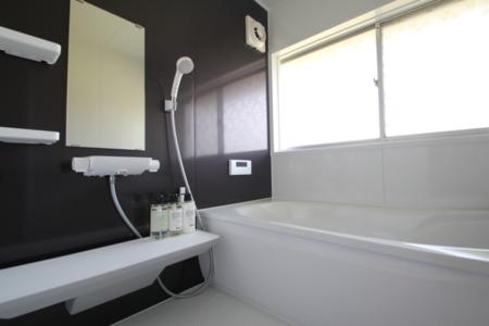 明るく清潔な浴室