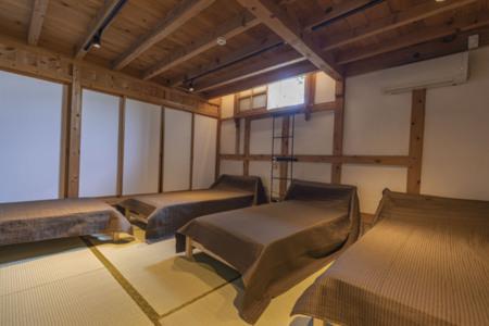 1階寝室 シングルベッド4台