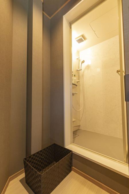 シャワールーム 段差にお気をつけください