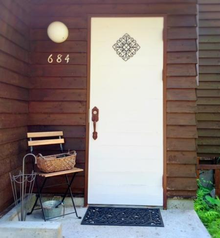 白い玄関ドアが目印です。