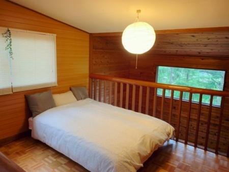 ロフトの寝室。Wベッドでお寛ぎください。