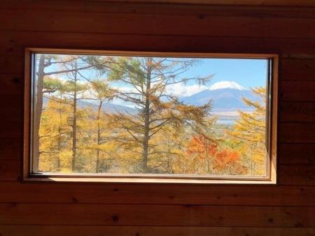 ロフトのベッドから見える富士山/秋