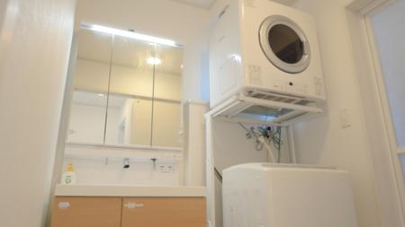 洗面台も2台、大きな洗濯機と乾燥機を用意