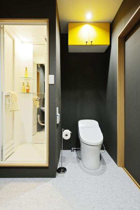 1階シャワーブースとトイレ
