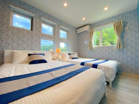 ベッドルームから沖縄の青い空
