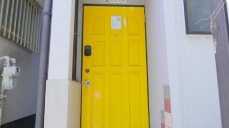 黄色いどこでもドアのようなドア