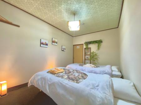 ベッドが2台ある洋室のお部屋です