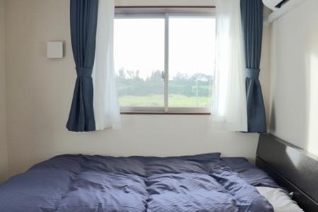 窓からは満点の星空が広がります。寝室