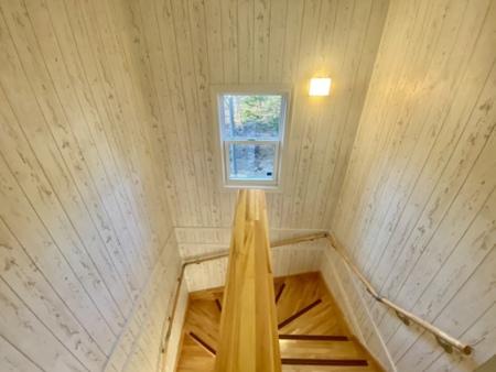 木目調の2階へ続く階段