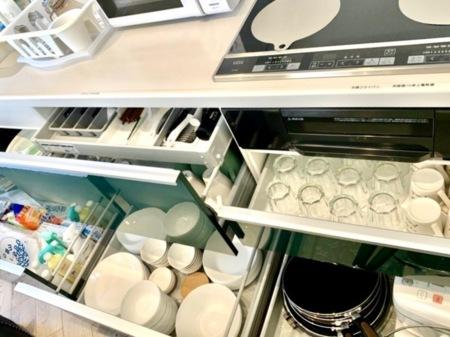 充実した調理器具と食器類