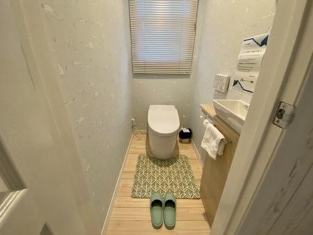 壁紙が可愛い清潔感溢れるトイレ