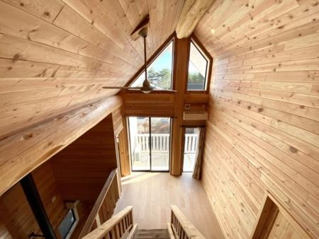 高さのある天井と開放的な窓