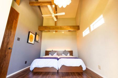 高い天井の寝室が2部屋ございます