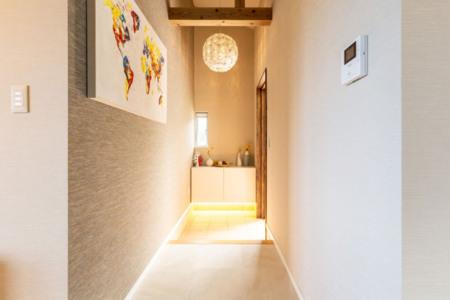 高い天井と絵画でお出迎えの玄関です。