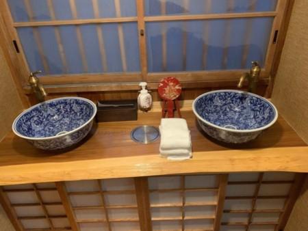 洗面台は古風な手水鉢