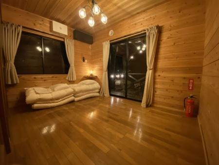 寝室1、4人シングル布団を用意