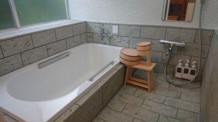 伊豆石の浴室、浴槽はゆったり大きめ